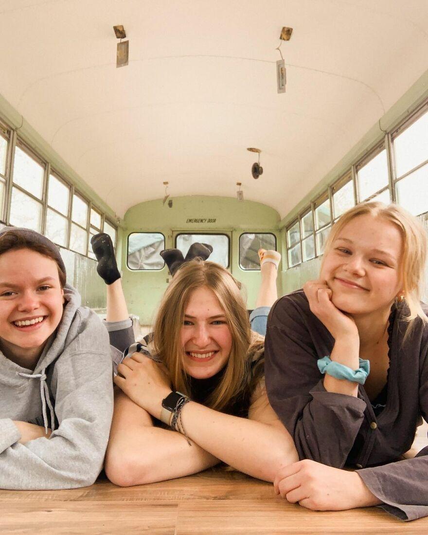 Phát hiện hẹn hò chung một người, ba cô gái đã 'độ' lại chiếc xe buýt để 'phượt' xuyên nước Mỹ - 1