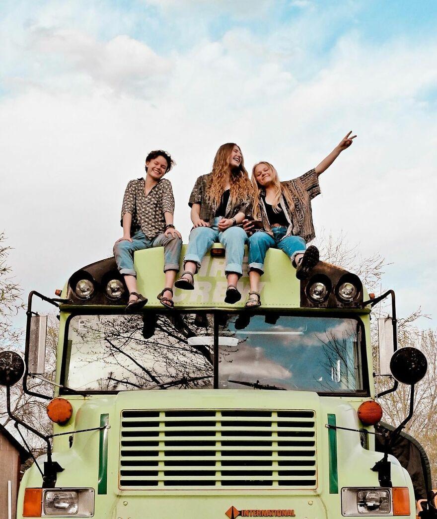 Phát hiện hẹn hò chung một người, ba cô gái đã 'độ' lại chiếc xe buýt để 'phượt' xuyên nước Mỹ - 17